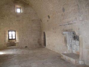 Внутренний зал с камином