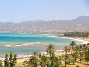Пляж в деревеньке – с удобным, пологим заходом в море