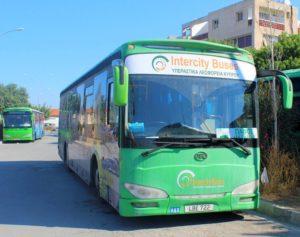 Автобус, следующий из города, отходит от набережной Финикудес