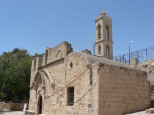 Старинный монастырь возведенный над пещерой