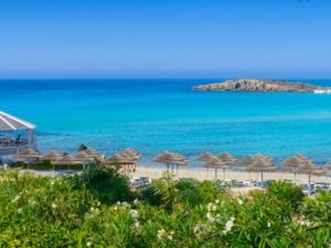 Туристы спешат насладиться кипрским солнцем