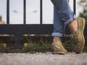 Лучше надевать закрытую обувь, плотные джинсы или брюки.